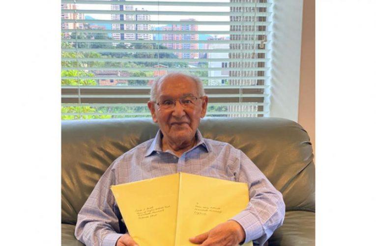 A sus 104 años, abuelo presentó tesis doctoral a prestigiosa universidad inglesa